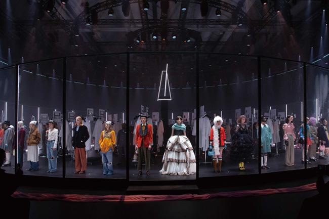 フィッティングなどを行うバックステージをあえて披露するという演出。そこにはクリエイティブディレクターのアレッサンドロ・ミケーレの姿も。フランス人形のようなファンタジーなムードがあふれるルックが並んだ。