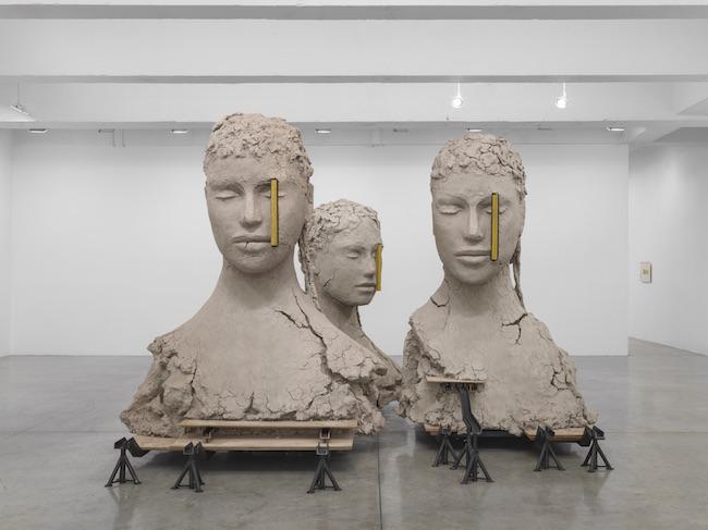 マーク・マンダース『4つの黄色い縦のコンポジション』2017‒2019 Photo: EPW STUDIO Courtesy: Zeno X Gallery, Antwerp & Tanya Bonakdar Gallery, New York