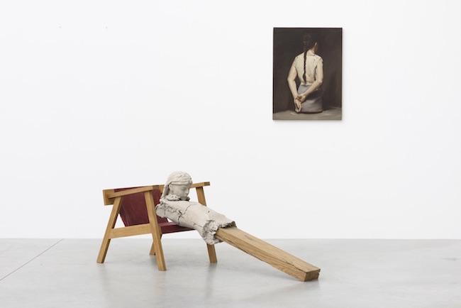 [参考画像] (左)マーク・マンダース『椅子の上の乾いた像』2011-2015 (右)ミヒャエル・ボレマンス『オートマト(I)』2008 Photo: Peter Cox Courtesy: Zeno X Gallery, Antwerp, Gallery Koyanagi, Tokyo, Tanya Bonakdar Gallery, New York/Los Angeles & David Zwirner