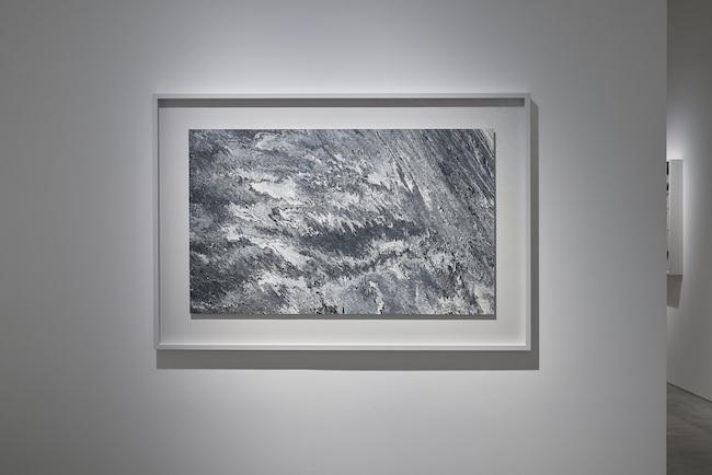 展示風景より、『Dune #11』(2020年)。複数のメディウムや粒度の異なる絵の具や水などを配合して流し広げることで、さまざまな表情が現れるペインティング作品。