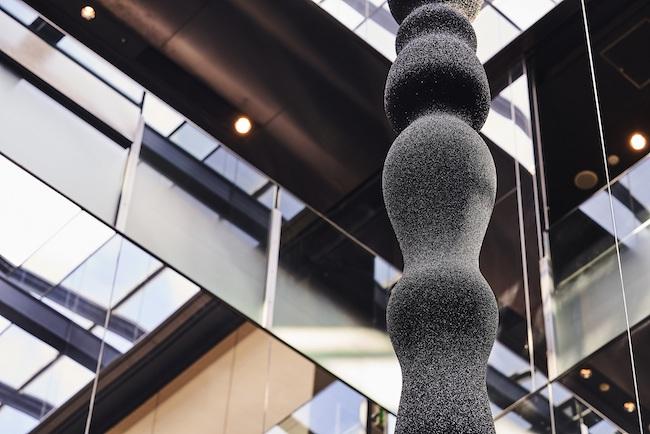 GYREのアトリウム(吹き抜け)に展示された彫刻作品『Silhouette』シリーズより。2018年に開催されたピアニスト・中野公揮のコンサートの舞台美術として制作された作品で、音の旋律から抽出された曲線をかたどったもの。
