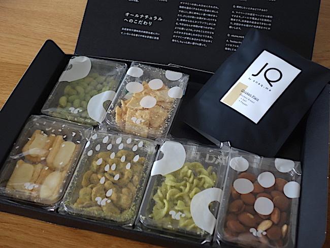 宅配で届く「otuma.me BOX」。こちらはサンプルで、実際のパッケージとは中の個包装のデザインがほんの少し異なります。
