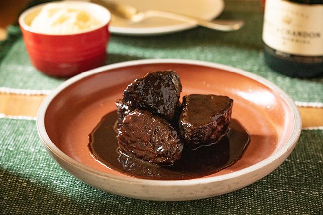 """牛ホホ肉の赤ワイン煮込み""""ドーブ"""" クリーミーなポレンタ ©Yusuke Kagayama"""