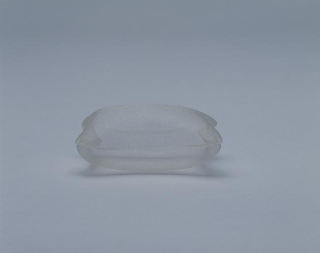 内藤礼『死者のための枕』(1997年) 国立国際美術館蔵