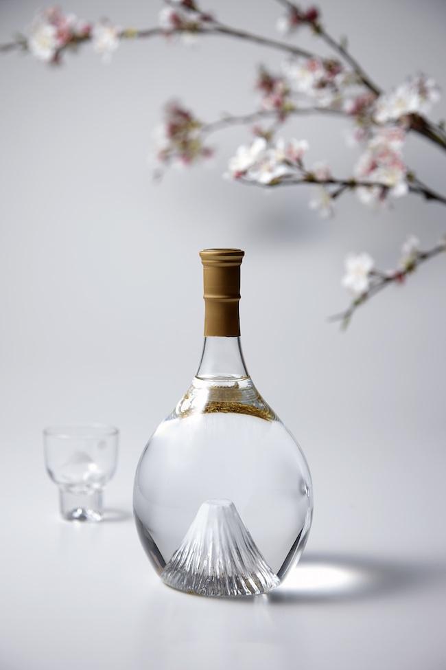 富士山ボトル 飛竜乗雲 純米大吟醸¥20,000〜、本格米焼酎¥16,000〜(いずれも税別、風呂敷の絵柄などによって価格が異なる)