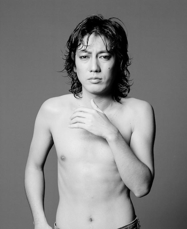 パルコの広告として撮影され、写真集も刊行されたシリーズ作品より。沢田研二『水の皮膚』演出 撮影:鋤田正義(写真提供)© Sukita