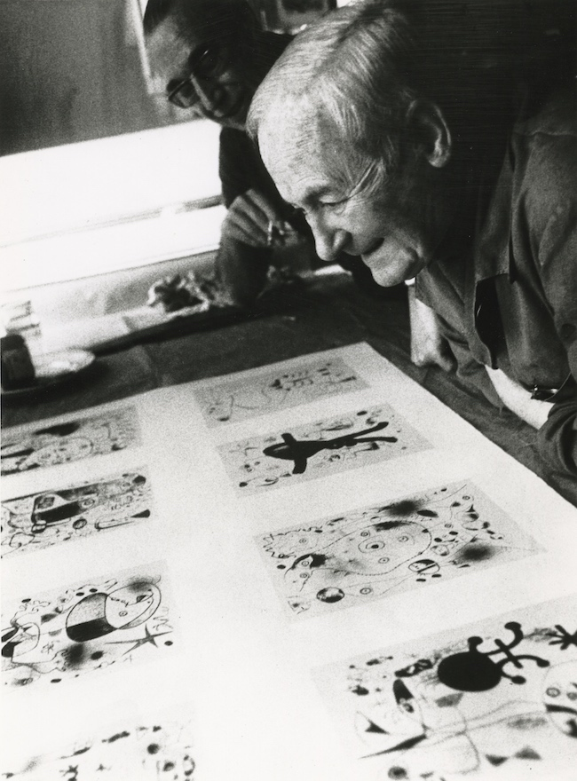 1958年頃 ミロ、ムルロ工房にて Courtesy of Mourlot Editions