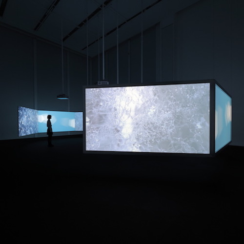 『New Ocean: thaw』2001年 展示風景、エスパス ルイ・ヴィトン東京 3チャンネルビデオ(カラー、音声)、6面投影、スクリーンによる映像インスタレーション 4分10秒 Courtesy of the artist and the Fondation Louis Vuitton Photo credits: © Keizo Kioku/Louis Vuitton