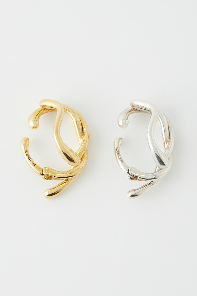 「KNOWHOW jewelry AND THROW by SLY」TWIST EAR CUFF(ゴールド)¥17,500(シルバー)¥16,500