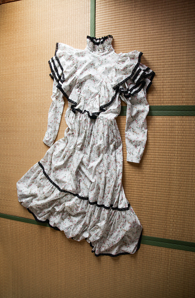 フローラルプリントのポエティックなドレス。ドレス ¥78,000/Melampo(H3O ファッションビュロー 03-6712-6180)