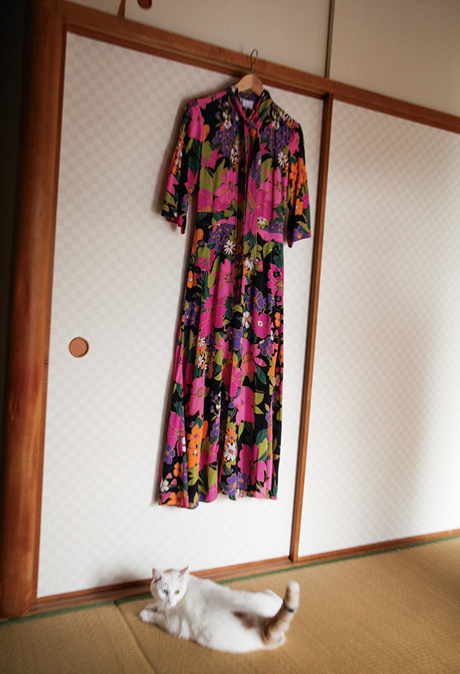 ノスタルジックなフラワープリントが魅力。ドレス¥135,000/Patou(イザ 0120-135-015)