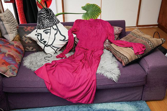 メイド・イン・チェコの生地を用いたゼブラ模様のハット。スタイリングのアクセントにぴったり。ハット¥72,000/Shinonagumo(アトリエ ニュアージュ 03-6804-2182) とろみのあるドレープで紡いだ色鮮やかな辛口ドレス。ロマンティックにもモードにもフィットする。ドレス¥65,000/Fetico(フェティコ 050-3701-7678)