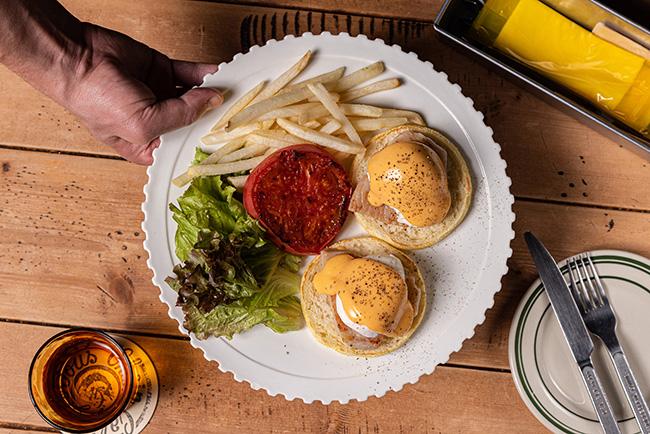 こだわり卵と自家製ロースハムのエッグベネディクト w/フライドポテト¥1,000(税込)
