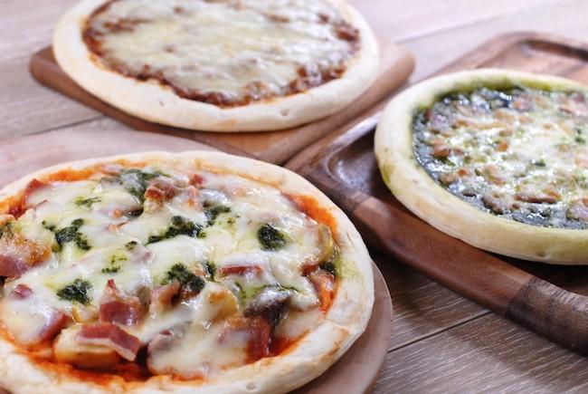 たっぷりの肉と2種類のチーズを使ったキーマカレーピザ、氷温熟成ベーコンと地中海野菜のピザ、神戸ポークベーコンと兵庫県産バジルで作ったジェノベーゼピザの、3種のピザセット ¥5,400(税込)