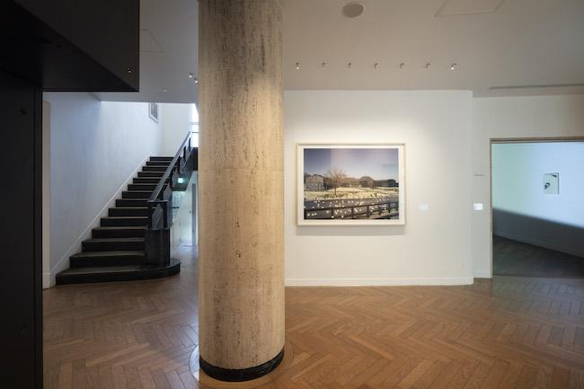 「光ー呼吸 時をすくう5人」展示風景。正面は佐藤時啓、右奥はリー・キットの作品。(撮影:城戸保)