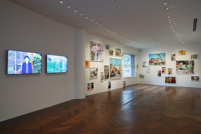 「光ー呼吸 時をすくう5人」展示風景。左2点は佐藤雅晴、右側は城戸保の作品。(撮影:城戸保)