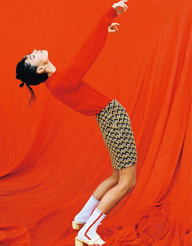 トップ¥198,000 スカート¥718,000 シューズ¥92,000/すべてBottega Veneta(ボッテガ・ヴェネタ ジャパン 0120-60-1966) ソックス/スタイリスト私物
