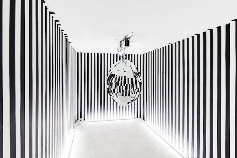 Yuichi Higashionna『mirror ball (ovoid)』(2020)void+ ©Yuichi Higashionna