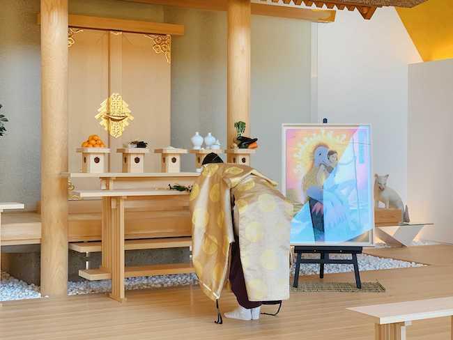 12月27日(日)には、『疫病退散アマビヱ之図』の奉納奉告祭と、巨大お札の清祓式がとり行れた。写真は、奉納奉告式のようす。 Courtesy of Kadokawa Musashino Museum