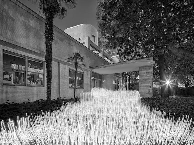 「光ー呼吸 時をすくう5人」展の出展作品より、佐藤時啓『光ー呼吸 Harabi#2』(2020年)。原美術館の正面エントランス付近にて、ペンライトと長時間露光を駆使して制作された。©Tokihiro Sato