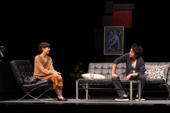 舞台「てにあまる」より、佐久間由衣(左)と藤原竜也(右)。 写真:宮川舞子
