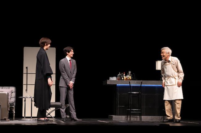 舞台「てにあまる」より、(左から)佐久間由衣、高杉真宙、柄本明。 写真:宮川舞子
