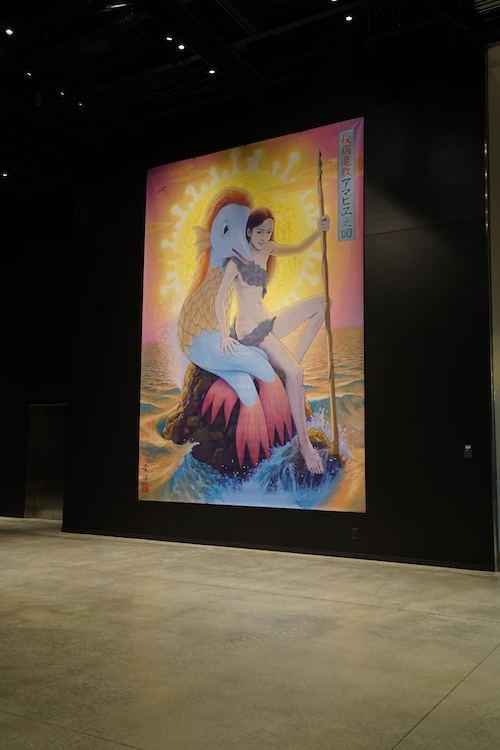 2F エントランスホールに展示されている巨大お札(バナー作品) 会田誠『疫病退散アマビヱ之図』(2020) ©︎AIDA Makoto Courtesy of Kadokawa Culture Museum