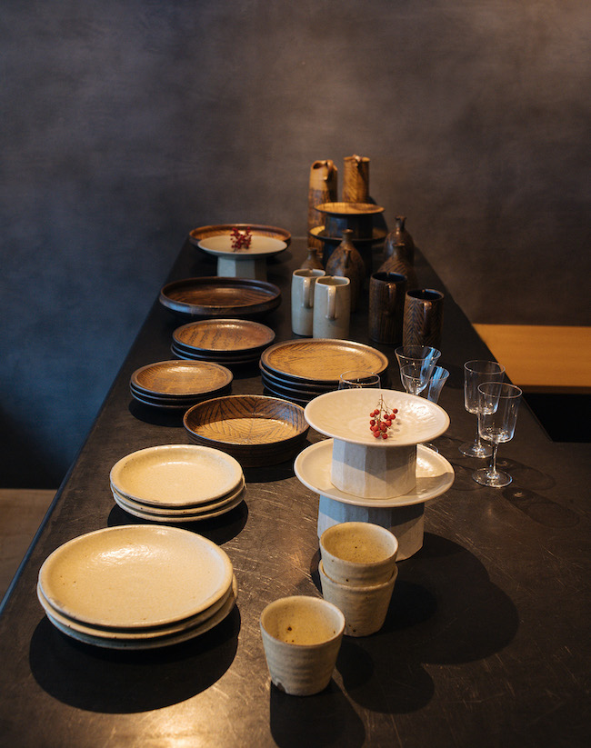 取材時は陶芸家・城進さんの個展を開催していた。