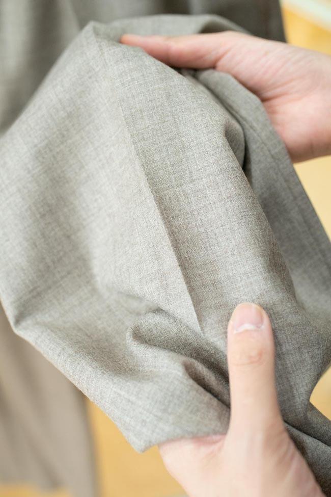 ウールとヤクのそれぞれの要素が独特の光沢やとろみを生んでいる。シャツとパンツのセットアップで贅沢なパジャマスーツにも。