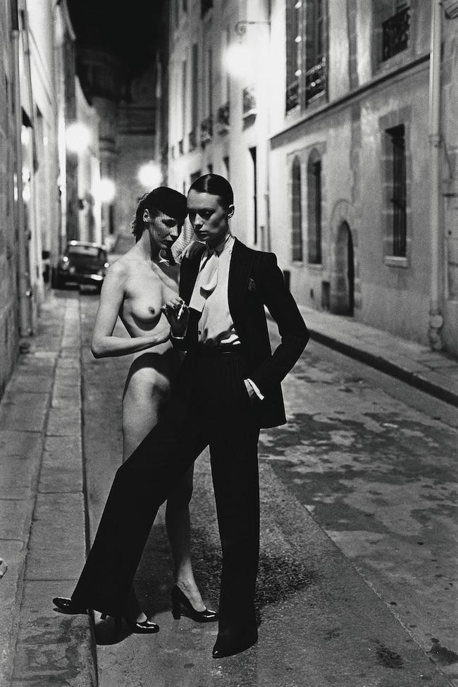 Rue Aubriot, Yves Saint Laurent, Paris 1975 © Foto Helmut Newton, Helmut Newton Estate Courtesy Helmut Newton Foundation