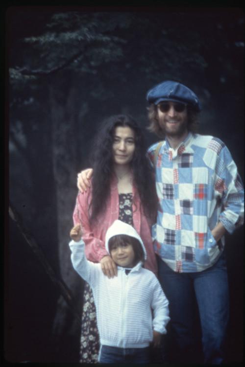 ジョン、ヨーコ、ショーン 1979年 軽井沢にて Photo by Nishi F. Saimaru ©Nishi F. Saimaru / ©Yoko Ono