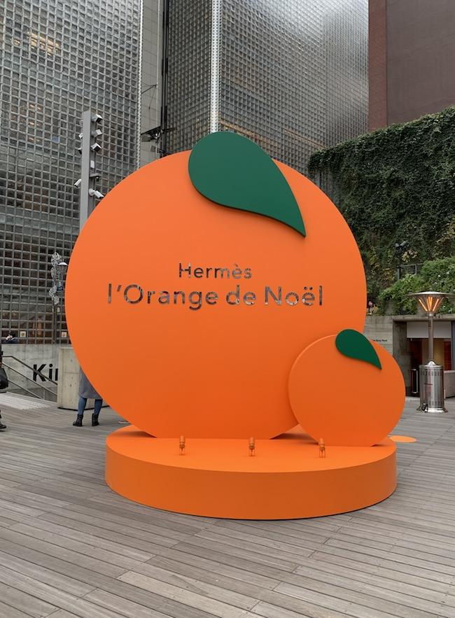 数寄屋橋交差点の反対側からでも「あっ!」と思わず声を上げてしまうぐらい大きなオレンジ。
