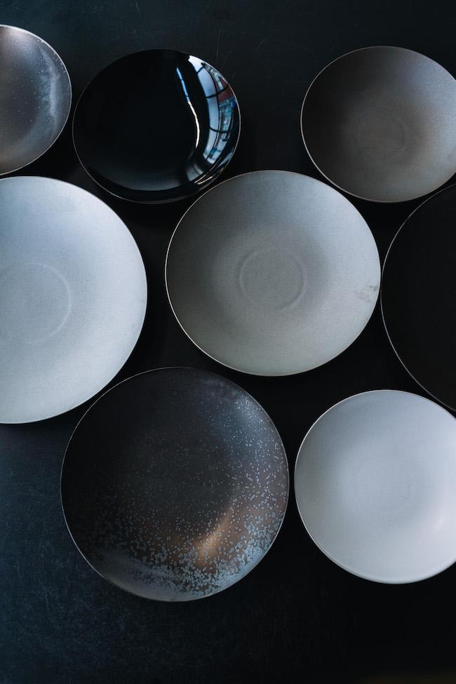 炻器 ディーププレート(上段)Sサイズ 黒、ブルー、グレー各¥3,800 (中段左)Lサイズ 白 ¥7,800 (中段中央)Mサイズ グレー ¥6,500 (中段右)Lサイズ ブルー¥7,800 (下段左)Lサイズ 黒¥7,800 (下段右)Sサイズ 白¥3,800/すべてSyuRo