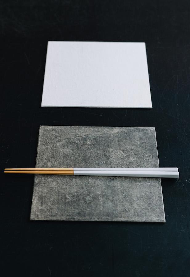 敷板(グレー、白)¥3,800/ハタノワタル 竹箸¥1,500/SyuRo
