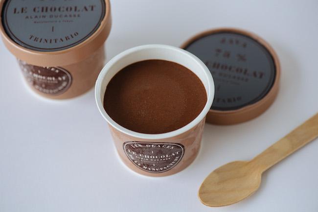 産地によるカカオの違いが楽しめる、カカオ75%ショコラを使用したアイスクリーム。オリジン ジャワ 75%、オリジン マダガスカル 75% 各¥600/ル・ショコラ・アラン・デュカス(ル・ショコラ・アラン・デュカス 東京工房 03-3516-3511)※オンラインブティックでも購入可能