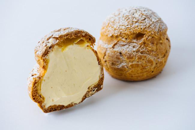まん丸の大きなシューの中には、バニラの風味豊かなクリームがたっぷり! エグゼクティブペストリーシェフ鈴木一夫が素材と製法にこだわった人気の品。ウェスティン デリ シュークリーム ¥560/ペストリーブティック「ウェスティンデリ」(ウェスティンホテル東京 03-5423-7778)