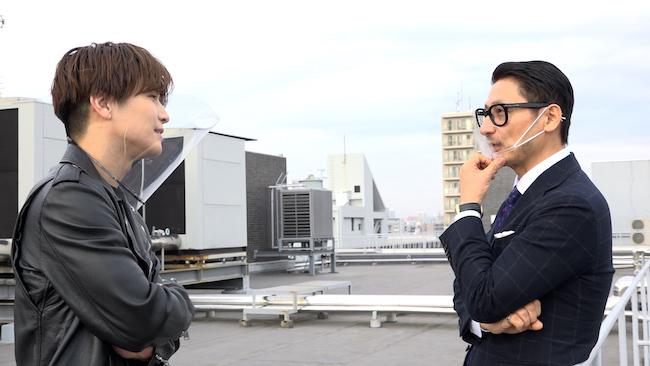 表紙カバー撮影風景。(左から)岩田剛典、松尾潔 ©新潮社