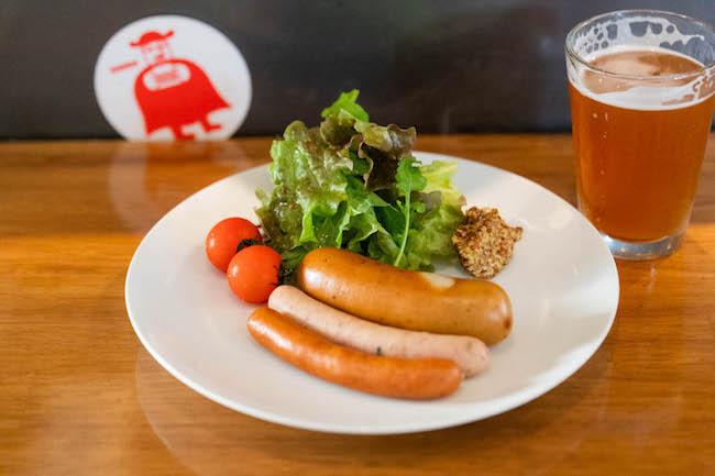 こちらもビールとの相性抜群なメニュー。「富永さんのソーセージ」¥900