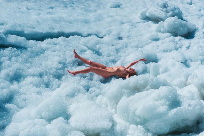 8.Ryan McGinley(ライアン・マッギンレー) 秋から真冬の大自然を舞台とした「Fall & Winter」シリーズは、彼の代表作ともなっている。Ivy(Bubbles)C-Print 2015 ©Ryan McGinley