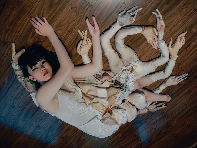 4. 片山真理(かたやま・まり) 自ら制作した立体作品とともに撮影したセルフポートレイトが評価され、2019年に木村伊兵衛写真賞を受賞。直島で発表した「他者」を取り込んだ作品より。bystander #001, 2016 ©Mari Katayama.
