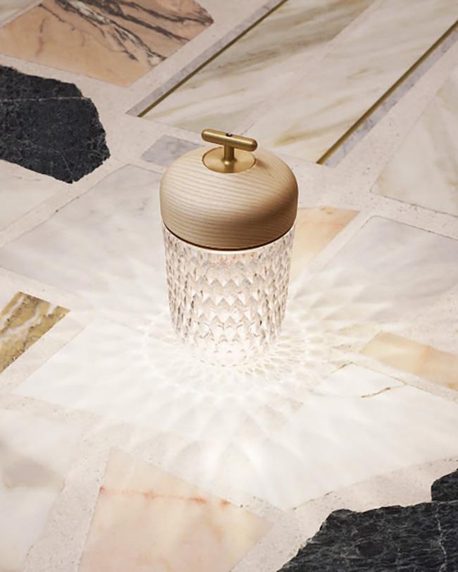 ウッドとクリスタルのコンビネーションが美しい。ポータブルなのでいろいろなシーンで使えます。フォリア ポータブルランプ(H29cm 4段階の調光機能スイッチ付き、最小照度で30時間連続使用可)¥257,000/St Louis(エルメス ジャポン) ©︎ Jonas Marguet