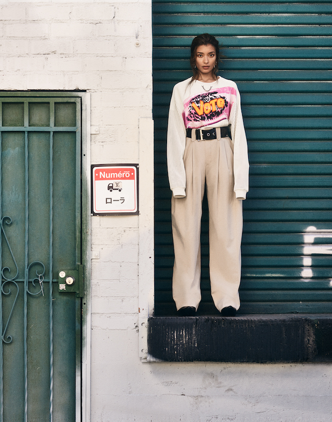 意思ある人が 纏う服・・・袖がメッシュ編みになった「Vote」のアップリケとチェーンがオンされたニット。力強いメッセージがこもったトップを、チノパンツにタックインしたデイリーウェアで変化を感じとって。 トップ¥269,000 パンツ¥179,000 ピアス¥55,000 ベルト¥103,000 シューズ¥142,000(すべて予定価格)/Louis Vuitton(ルイ・ヴィトン クライアントサービス)