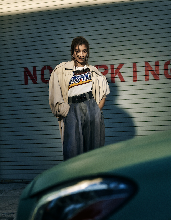 性差の領域を超えて楽しむ・・・「SKATE」をスローガンにした、ストリートTシャツが主役。トレンチコートと、今季ルイ・ヴィトンの特徴となるグレーサテンのオーバーサイズのパンツとワイドベルトを合わせてノンバイナリーを体現したい。 コート¥595,000 Tシャツ¥148,000 ピアス¥55,000 ベルト¥103,000(すべて予定価格) パンツ 参考商品/すべてLouis Vuitton(ルイ・ヴィトン クライアントサービス)