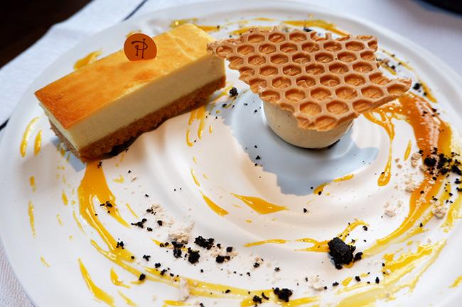 ピエール・エルメ・パリ ニューヨークチーズケーキ 東京ハチミツ&紅茶のアイスクリーム ※ブランチコースに¥1,000追加でオーダー可能。アラカルト注文時は¥2,000
