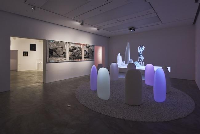 展示風景より。 右側の作品: 森万里子 『トランスサークル』 (2004年)