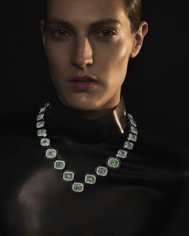エメラルド28石(計24.59カラット)を水平に配置した、Vネックラインに沿うネックレス(PT×WG×エメラルド×オニキス×ダイヤモンド×ロッククリスタル)¥249,480,000(税込・予定価格)