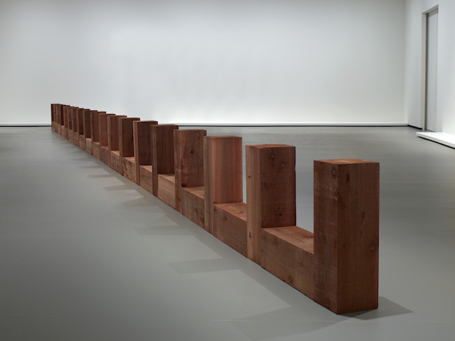 CARL ANDRE Draco 1979-2008年 ウェスタンレッドシダー (ベイスギ) 材 Western red cedar timbers 31個のパーツの連なり (各30 x 91 x 30 cm) 31-unit row, 30 x 91 x 30 cm each Courtesy of the artist and Fondation Louis Vuitton © Adagp, Paris 2021. Photo credits: Fondation Louis Vuitton / Marc Domage