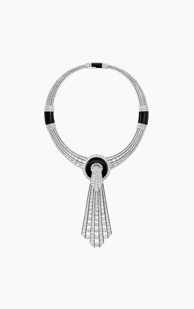 ネックレス、チョーカー、襟元に留めるカラーピンやブローチとして使用できるマルチウェアジュエリー(WG×オニキス×ブラックラッカー×ダイヤモンド)¥100,562,000(税込・予定価格)