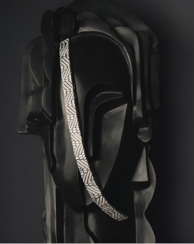 <女性着用のチョーカー>バゲットカット&ラウンドカットダイヤモンドをセットしたジュエリーを超える美しさ放つマルチウェアジュエリー「リュバン ディアマン」(WG×ダイヤモンド)¥67,980,000(税込・予定価格) <男性着用のブローチ>パヴェダイヤモンドを施したホワイトゴールドとブラックラッカーのコントラストが光るピュアなブローチ(WG×ブラックラッカー×ダイヤモンド)¥11,748,000(税込・予定価格)