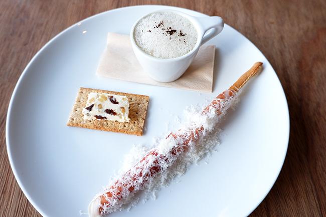 レーズンバター、季節のスープ、生ハムグリッシーニの盛り合わせ